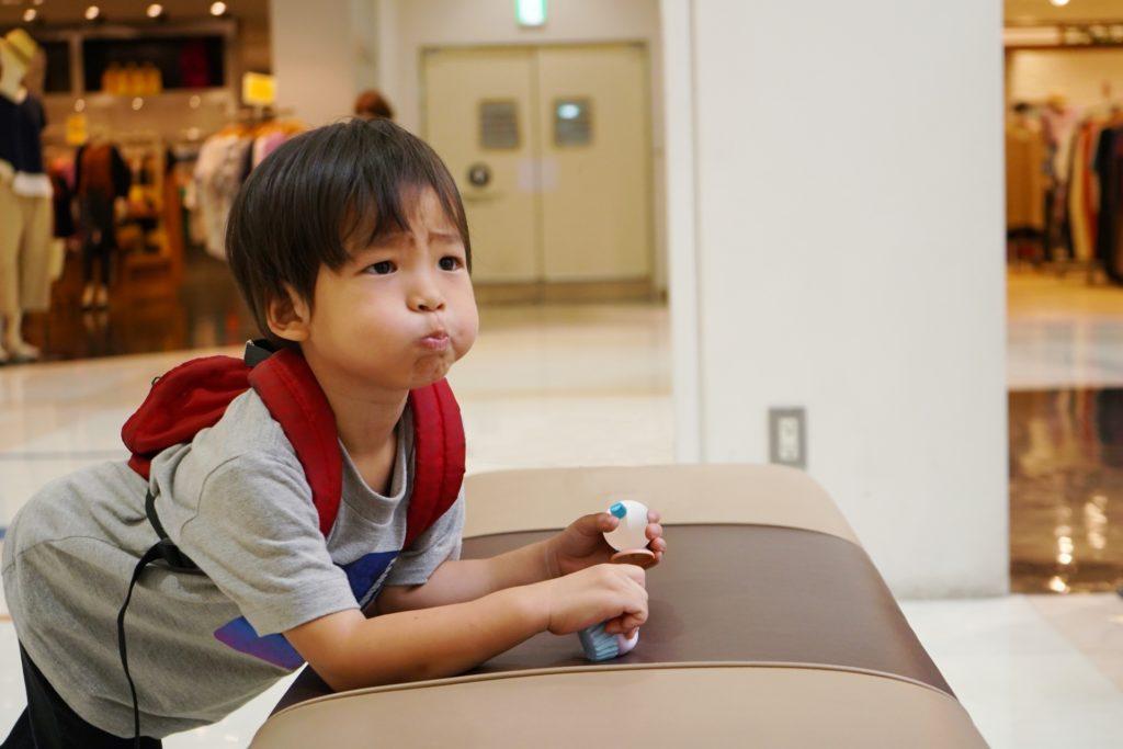 デパートで不機嫌な子供